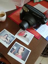 náš INSTAX ! Na zkušebních fotografiích je budoucí nevěsta v červeném a svědkyně (mladší sestra) s kávou v ruce