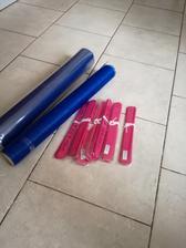 Dneska přišel modrý pruh na stoly a růžové pompomy! :)