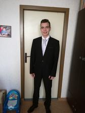 Brácha ženicha oblečen - má teda půjčenou kravatu a je na něj moc velká