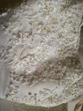 detail vršku šatů