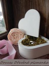 dneska objednaná krabička na prstýnky ve tvaru srdce a písmenka V a M jako dekorace