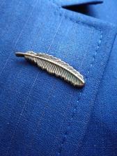 Dneska jsme koupili oblek. Nádherně modrý,tomu mýmu děsně sekne. Pírko jako detail,který se dá odepnout