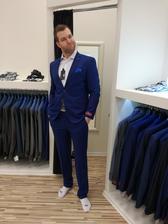 Musím přidat fotku mého vyvoleného z nákupu obleku, dělá na mě sice obličeje, ale co. Sekne mu to!