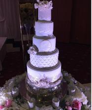 Výrobek naší dortařky ze soutěže o svatební dort. Budeme mít trošku menší.. asi o čtyři patra :D