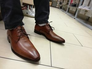 dnešní nákup bot pro ženicha, šli jsme téměř na jisto, Baťa. koupili jsme taky modré prouhaté ponožky do bot