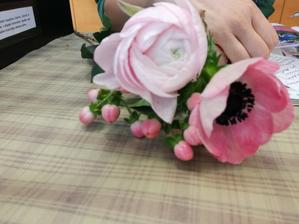 Dneska objednaná kytice a květiny na stoly,myrty. Budou tam tyhle,co jsou na fotce a k tomu růže,asi frezie a jak to vyjde. Hlavně nehrotit