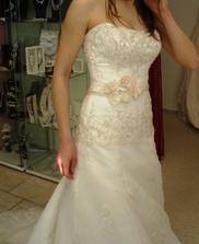 ...Lorraine - detail, boli by urcite svadobne, keby mi neboli dlhe :(, pre cipku sa nedali skratit...