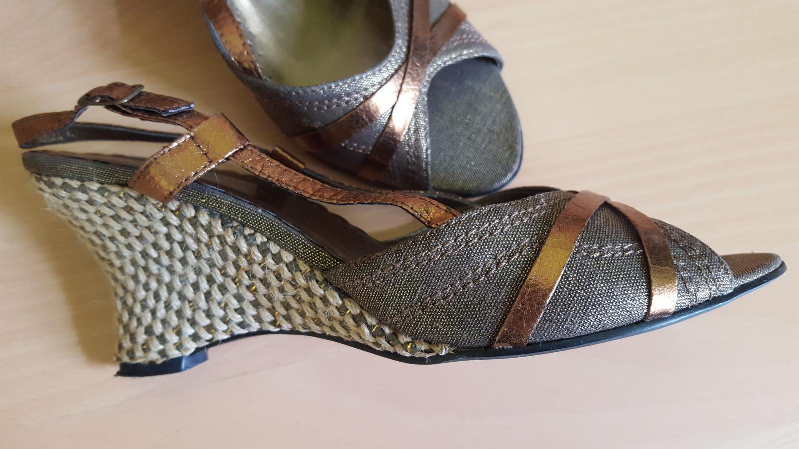 Hnědé boty na klínku  - Obrázek č. 3