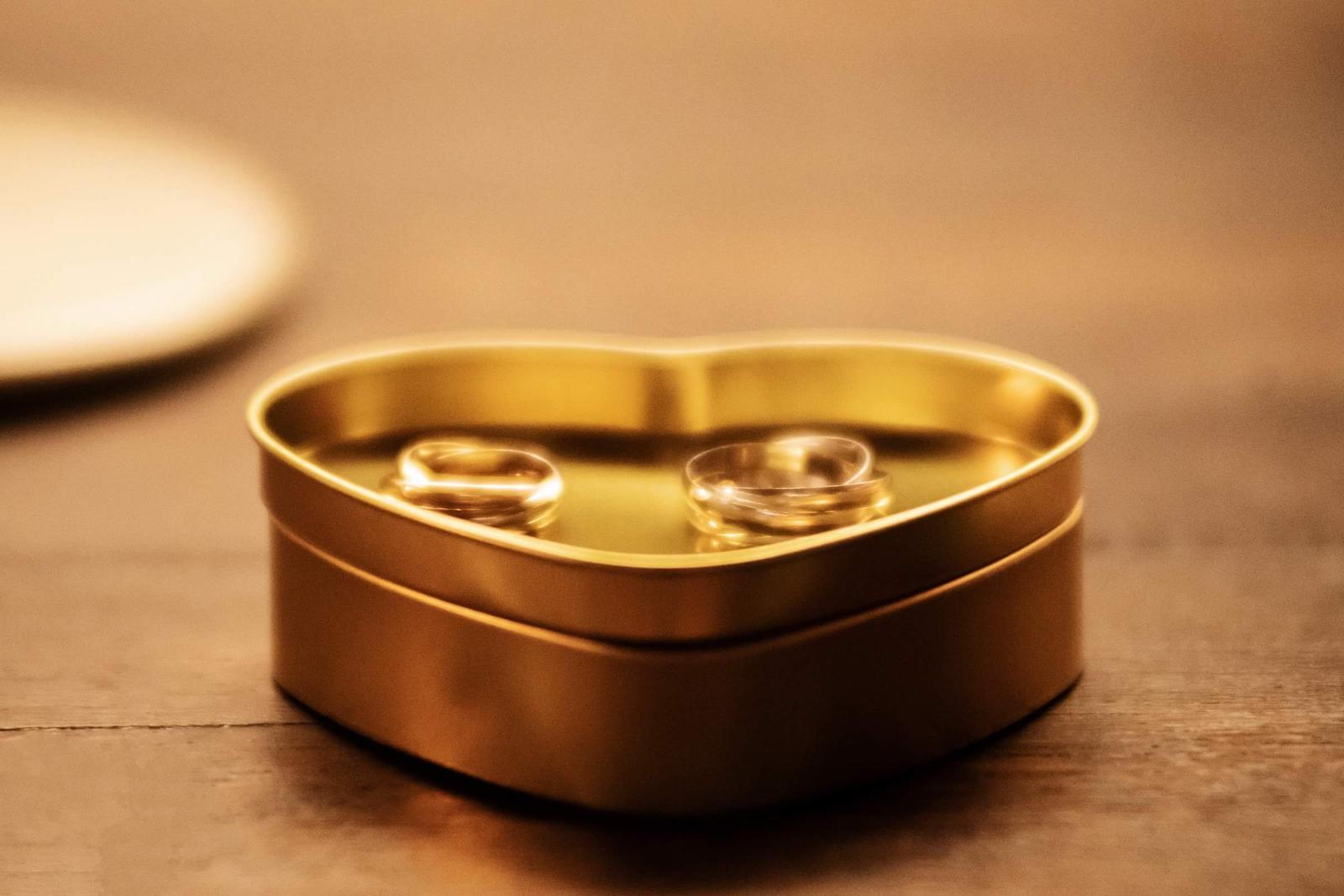 Alexandra{{_AND_}}Dávid - Trinity prstene, symbolizuju lasku, vernost, a priatelstvo; minulost, pritomnost, a buducnost; a ako pekne povedal knaz, aj trojjedineho Boha... Krabicka je z praliniek, v ktorej bol ukryty moj zasnubny prsten pri ziadosti o ruku...