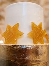 Torta mala 2 poschodia za novomanzelov, 4 hviezdicky za nas s detmi, bola bezlepkova, bezlaktozova, spodna cast pokryta jedlym zlatom, a bola absolutne vynikajuca a lahucka