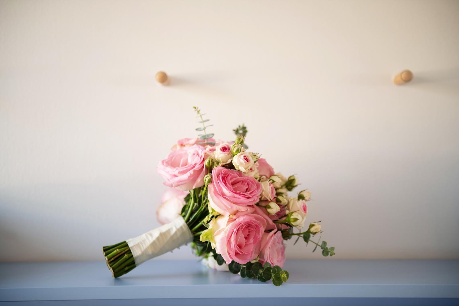 Alexandra{{_AND_}}Dávid - Svadobnu kyticu mi uviazal zenich, kvety sme vyberali spolu, a bola absolutne dokonala. Jednoducha, vonava, a z lasky