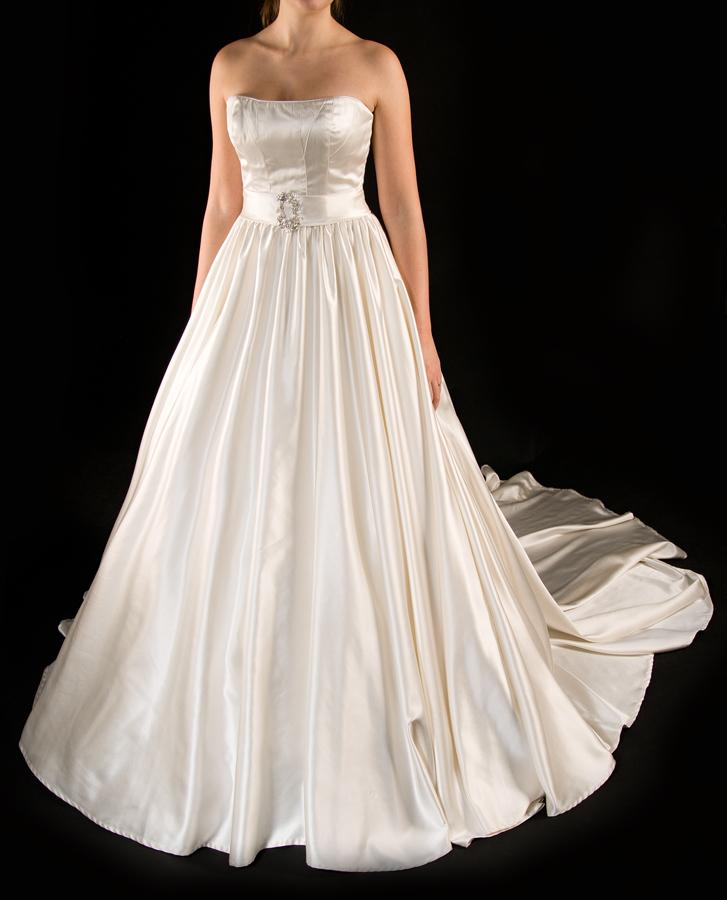 Hladké svatební šaty  - Obrázek č. 1