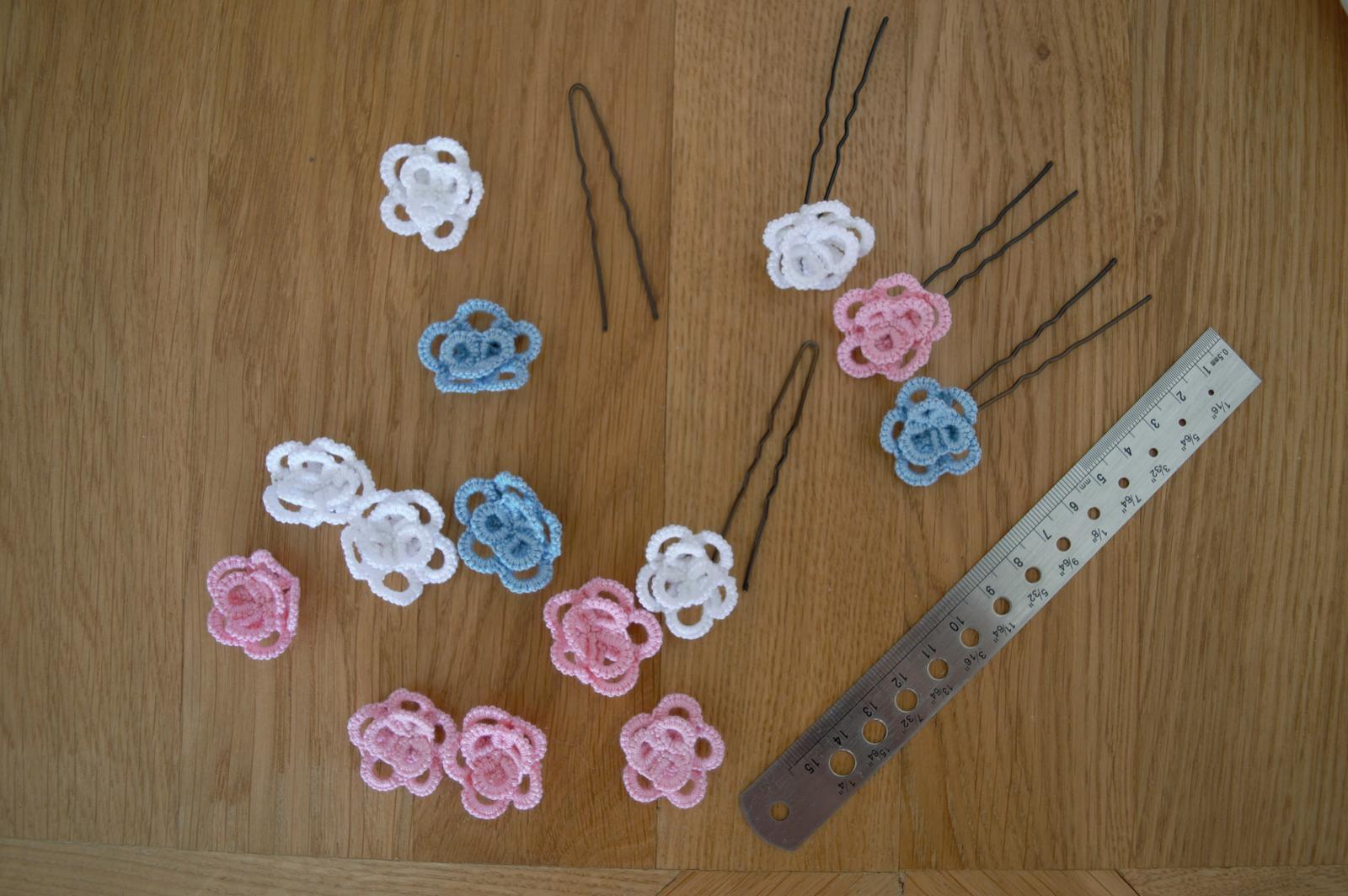modré, růžové a bílé háčkované kytičky  - Obrázek č. 1