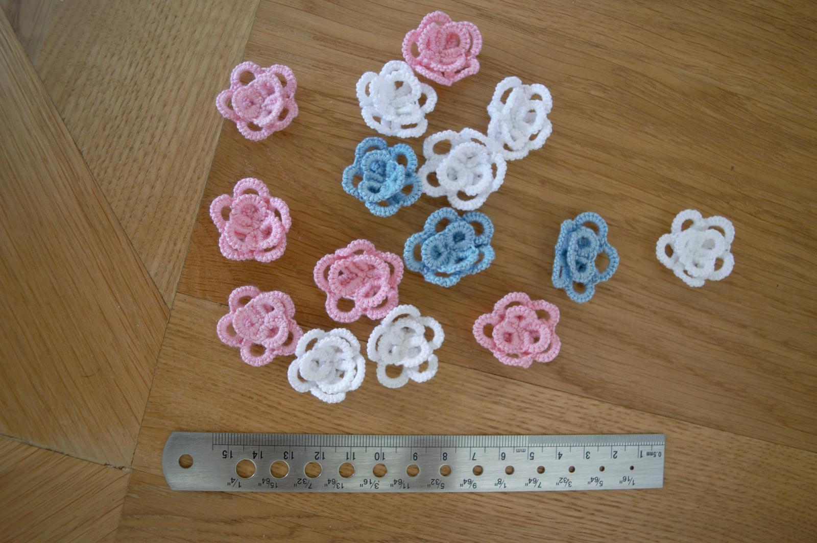 modré, růžové a bílé háčkované kytičky  - Obrázek č. 3