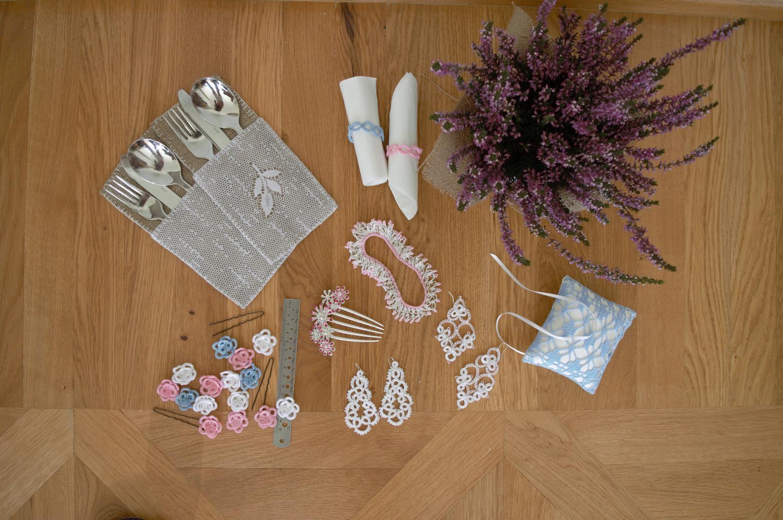 modré, růžové a bílé háčkované kytičky  - Obrázek č. 4