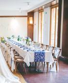 Tmavě modrý běhoun na stůl s bílými motivy,