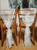 Přehozy přes židle z krajkové textilie, 2 druhy,