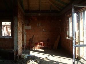 jedálenský kút a vedľa na ľavo trčí kuchyňa...otvor medzi týmito dvoma miestnosťami bude zamurovaný