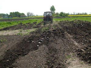 a už nám ujo traktorista orie tú hnusnú tvrdu povalcovanú pôdu, aby sme mohli sadiť