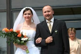 Taťka odvádí nevěstu do auta..