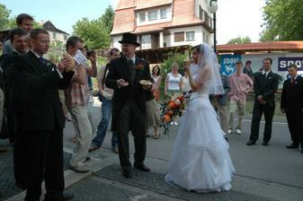 Ženich dostal za úkol ukrojit dřevěnou špachtlí krajíček pro nevěstu..