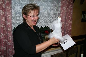 Mamka vydražila víno oblečené do svatebních šatůůů!