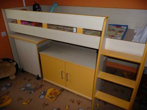 stůl a skříňka je zatím pod postelí jak schováme postýlku tak to půjde hnedka ven :-)