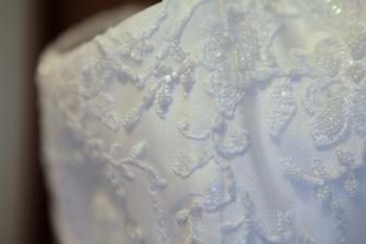 Detail zdobení šatů.