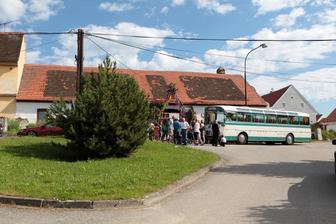 Už přijel autobus pro svatebčany.