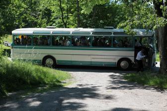 Autobus se svatebčany.