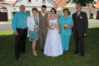 Z leva můj tatínek, moje maminka, ženich, já a ženichova maminka a ženichův tatínek.