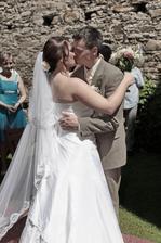 První manželský polibek.