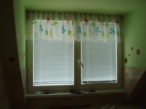A záclona v kuchyni, ešte tam pôjde jedna do polovice okna