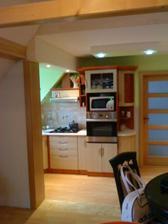 Máme aj obložku, ešte sem chýba barový pult a máme hotovú kuchyňu :)