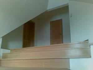Pohľad na dvere do izby a kúpeľne, úplne vpravo je izba priateľovho brata