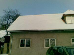 Domček už zateplený čaká na fasádu :) Pod týmto kúskom strechy budeme mať kuchyňu a spálňu, hádam sa pomestíme :)