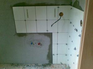 Obložený roh, kde bude skrinka s umývadlom