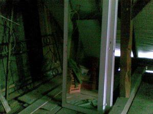 Tu je druhá strana, sú tam opreté zrkadlové dvere, takže to vypadá, že je tam viac bordelu