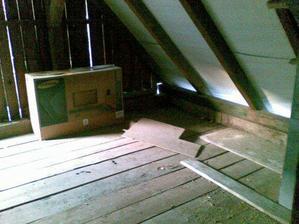 Budúca spálňa, krásne sa tam zmestí posteľ, komoda, skriňa a v budúcnosti aj detská postieľka :)