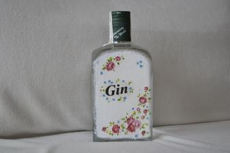 odekoravaná fľaša ginu