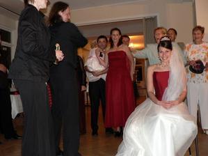 Odnimanie zavoja pomocou sekery (ktoru nie je vidiet)- velky uspech to malo...hlavne u Svedov