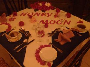 a takto nam na nu stol vyzdobili...kraaasa a aj romantika to veru bola..