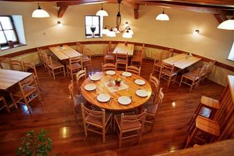 interiér restaurace, stoly budou sestaveny do U