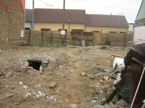 Vyklizený pozemek. Už jenom odvézt železo