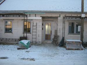 Zase o krok blíž k bydlení - ještě chybí vyplň u dveří, dali provizorní