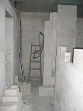 WC, vlevo vstup do dětského pokje a vpravo koupelna