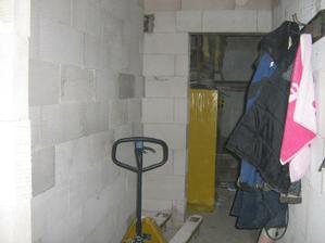 technická místnost přes kterou se jde do garáže