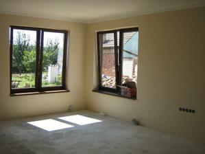 Obývací pokoj.Krásná hnědá barvička. Ráda bych černé záclonové tyče:-)