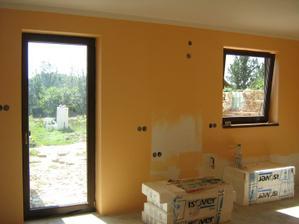 Tady bude kuchyň - ve skutečnosti je ta barva meruňková.