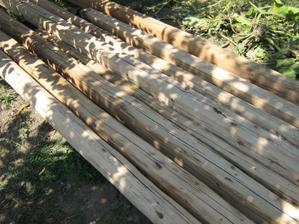 Naše opracované trámy. Jsou z bouračky původního domku